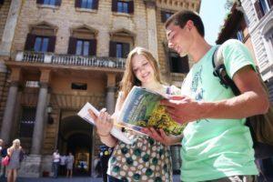 Pratitelj putovanja na grupnom tečaju stranog jezika